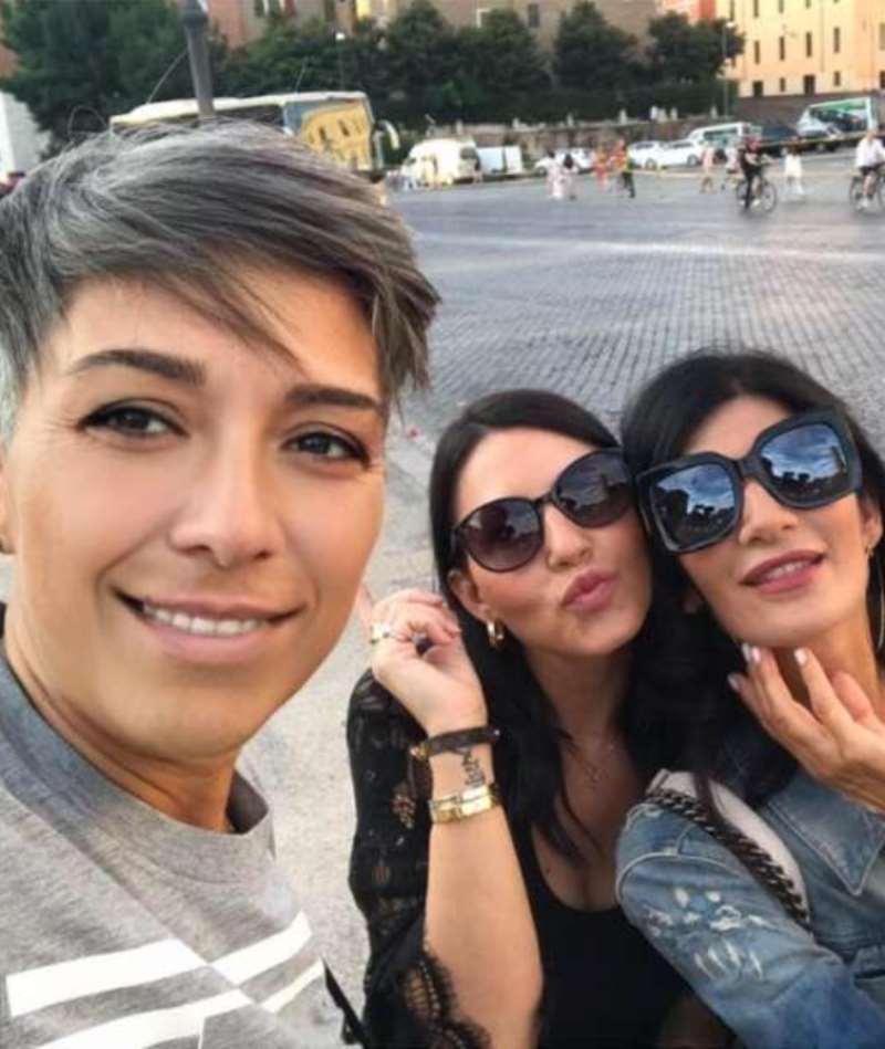 lesbiche trio amore